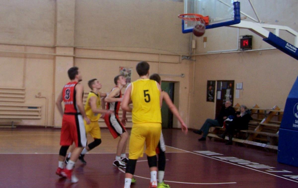 В первом матче финала четырех юные харьковские баскетболисты проиграли